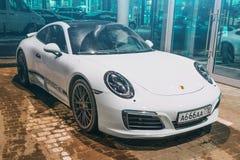 Porsche vit 911 Carrera 4s för paul peter petersburg för dutchmanflygfästning russia restaurang saint 02 mars 2018 Royaltyfri Foto