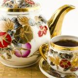 Porselein met bloemmotief dat wordt geplaatst Stock Fotografie