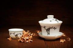 Porselein voor Chinese theeceremonie wordt geplaatst van witte gaiwan en kop s dat Stock Foto