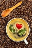 Porseleinkop van hete koffie De geroosterde Bonen van de Koffie Het symbool van het hart Voedsel handel Eerlijke handelskoffie De stock fotografie