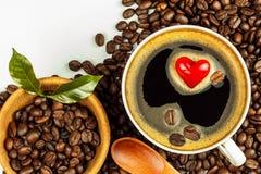 Porseleinkop van hete koffie De geroosterde Bonen van de Koffie Het symbool van het hart Voedsel handel Eerlijke handelskoffie De royalty-vrije stock afbeelding