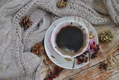 Porseleinkop van zwarte koffie op de rustieke achtergrond met de winterdecoratie Vierkant formaat van foto stock afbeeldingen