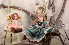 Porseleinpoppen op schommelingsfoto Stock Afbeelding