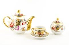 Porseleinthee en koffie met bloemmotief dat wordt geplaatst Royalty-vrije Stock Foto's