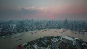 Porslin för schackningsperiod för tid för panorama 4k för överkant för tak för fjärd för flod för last för Shanghai solnedgångtra lager videofilmer