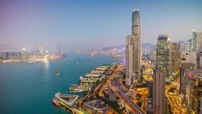 Porslin för schackningsperiod för tid för panorama 4k för fjärd för trafik för tak för Hong Kong victoria hamnsolnedgång arkivfilmer