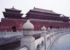 porslin förbi tempelet royaltyfria foton