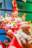 Porslin Santa Figurine i hans släde som fylls med leksaker royaltyfri bild