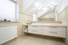 Porslin sjunker i ett badrum Royaltyfria Bilder