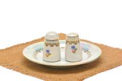 Porslinbordsservis för salt och peppar på att plundra Royaltyfri Foto