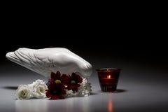Porslinduva med blommor och stearinljuset Fotografering för Bildbyråer