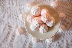 porslinet besegrar ny tid för porslinjordgubbetea Lunch med bantar vita och rosa marshmallower för efterrätten Fotografering för Bildbyråer