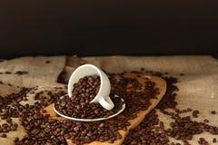 Porslinkopp- och kaffebönor Arkivfoto