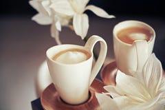 Porslinkoppar med kaffe Arkivfoton