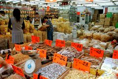 porslinmat Hong Kong shoppar tsuen glåmigt Royaltyfria Bilder