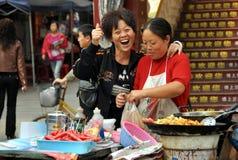 porslinmatpengzhou som säljer gatasäljare Royaltyfri Foto