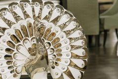 Porslinstatyett av en påfågel i en modern stil arkivbild