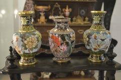 Porslinvaser målade, visat på en tabell Royaltyfria Bilder