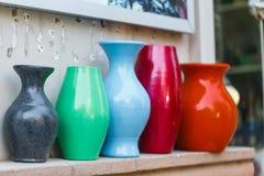Porslinvaser som decoк på gatan shoppar royaltyfria foton