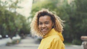 Porstrait del movimento lento del primo piano della donna afroamericana che cammina nella via, tornitura ed esaminante uso della  stock footage