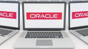 Portáteis com logotipo de Oracle Corporation na tela Rendição conceptual do editorial 3D da informática  ilustração stock