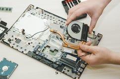 Portáteis do reparo, close-up das mãos e computador velho desmontado imagens de stock