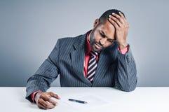 Portátil afro-americano novo de Being Sneaky On do homem de negócios Imagens de Stock