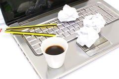 Portátil, bolas de papel e café Fotos de Stock Royalty Free
