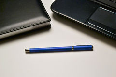 Portátil, caderno e pena Foto de Stock