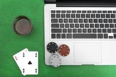 Portátil, cartões do pôquer e microplaquetas de pôquer Imagens de Stock