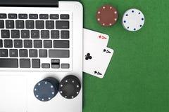 Portátil, cartões do pôquer e microplaquetas de pôquer Imagem de Stock Royalty Free