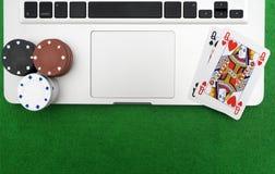 Portátil, cartões do pôquer e microplaquetas de pôquer Foto de Stock