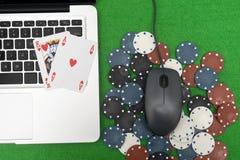 Portátil, cartões do pôquer e microplaquetas de pôquer Imagens de Stock Royalty Free