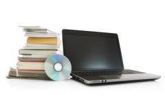 Portátil, Cd, livros da pilha e compartimentos fotografia de stock