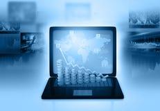 Portátil com diagramas da informação do gráfico de negócio Imagens de Stock