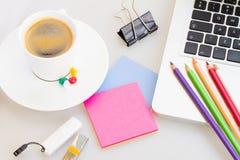 Portátil com escritório suply e xícara de café Foto de Stock