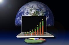 Portátil com gráfico da moeda Fotografia de Stock