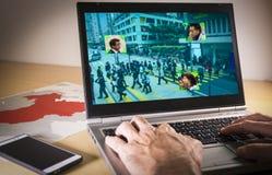 Portátil com imagem da rua e reconhecimento facial em China foto de stock
