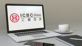 Portátil com industrial e Commercial Bank do logotipo de China ICBC na tela Editorial conceptual 3D do local de trabalho moderno Imagem de Stock