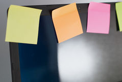 Portátil com lembretes, no fundo branco, Fotografia de Stock Royalty Free