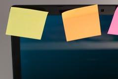 Portátil com lembretes, no fundo branco, Foto de Stock