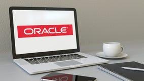 Portátil com logotipo de Oracle Corporation na tela Rendição conceptual do editorial 3D do local de trabalho moderno ilustração stock