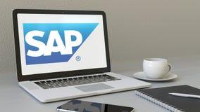 Portátil com logotipo do SE de SAP na tela Rendição conceptual do editorial 3D do local de trabalho moderno Imagem de Stock