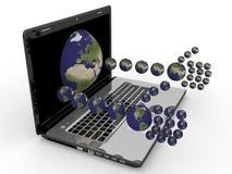 Portátil com mãos sob a fôrma dos planetas Foto de Stock Royalty Free