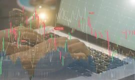 Portátil com o homepage do gráfico do comércio do estoque no tela de computador Fotos de Stock Royalty Free