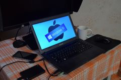 Portátil com o logotipo do sistema operacional indicado na tela Windows 10 Fotografia de Stock Royalty Free