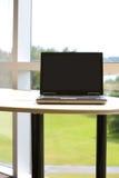 Portátil com o trajeto de grampeamento no escritório moderno. Foto de Stock