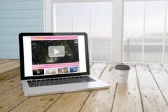 portátil com o vídeo que flui na tela com fundo do porto e c Fotos de Stock Royalty Free