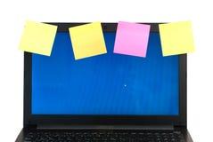 Portátil com os lembretes, isolados no fundo branco, Fotos de Stock Royalty Free