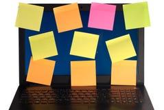 Portátil com os lembretes, isolados no fundo branco, Imagem de Stock Royalty Free